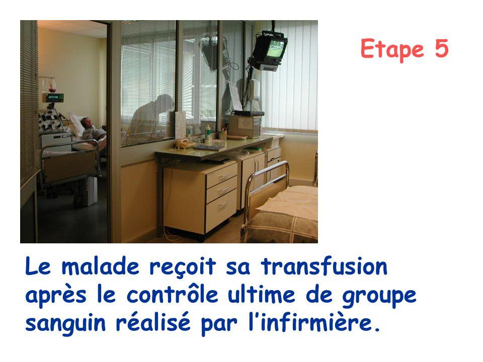 Etape 5 Le malade reçoit sa transfusion après le contrôle ultime de groupe sanguin réalisé par l'infirmière.