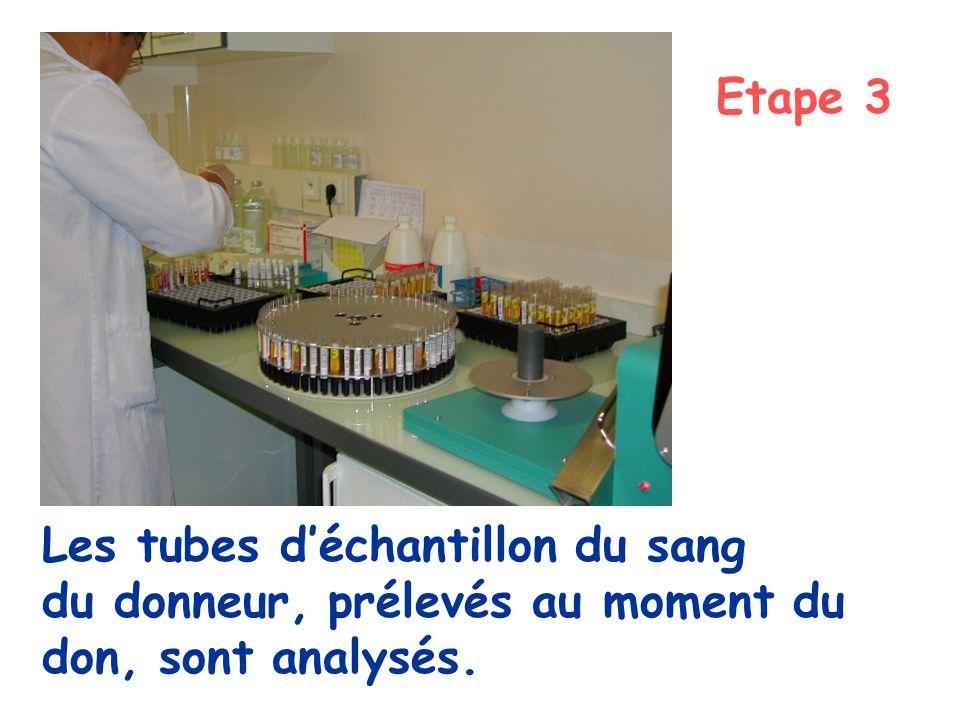 Etape 3 Les tubes d'échantillon du sang du donneur, prélevés au moment du don, sont analysés.