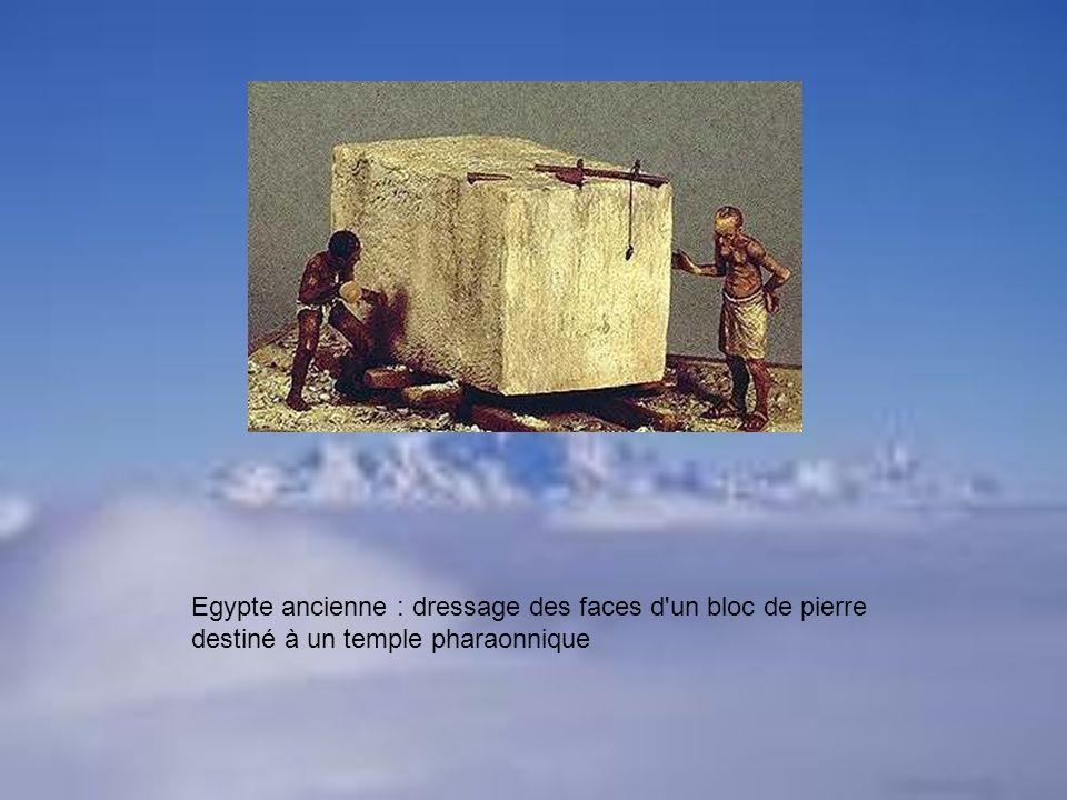 Egypte ancienne : dressage des faces d un bloc de pierre destiné à un temple pharaonnique