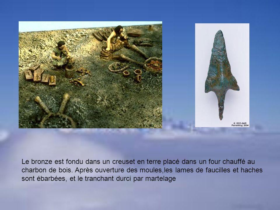 Le bronze est fondu dans un creuset en terre placé dans un four chauffé au charbon de bois.