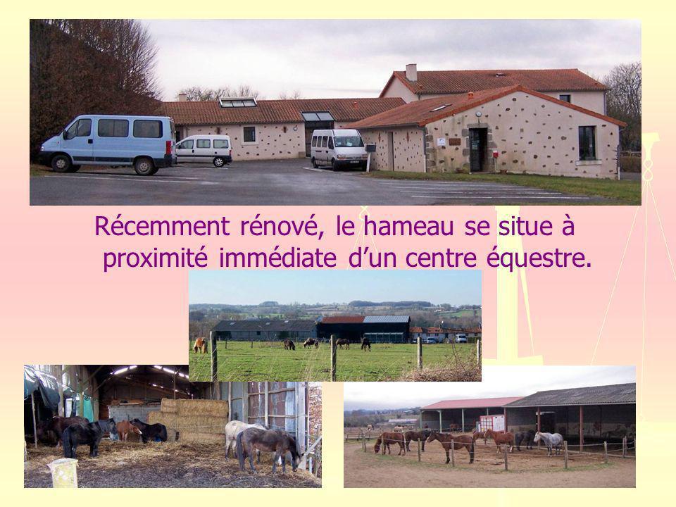 Récemment rénové, le hameau se situe à proximité immédiate d'un centre équestre.