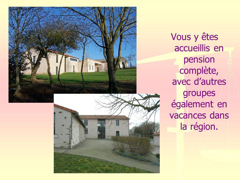 Vous y êtes accueillis en pension complète, avec d'autres groupes également en vacances dans la région.