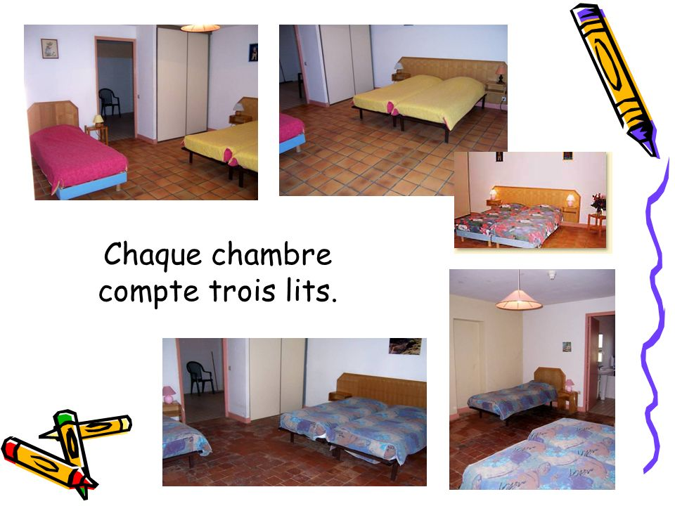 Chaque chambre compte trois lits.