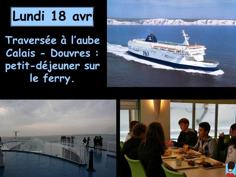 Traversée à l'aube Calais - Douvres : petit-déjeuner sur le ferry.