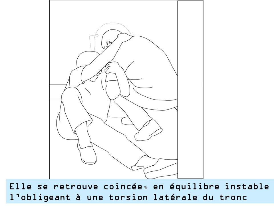 Elle se retrouve coincée, en équilibre instable l'obligeant à une torsion latérale du tronc