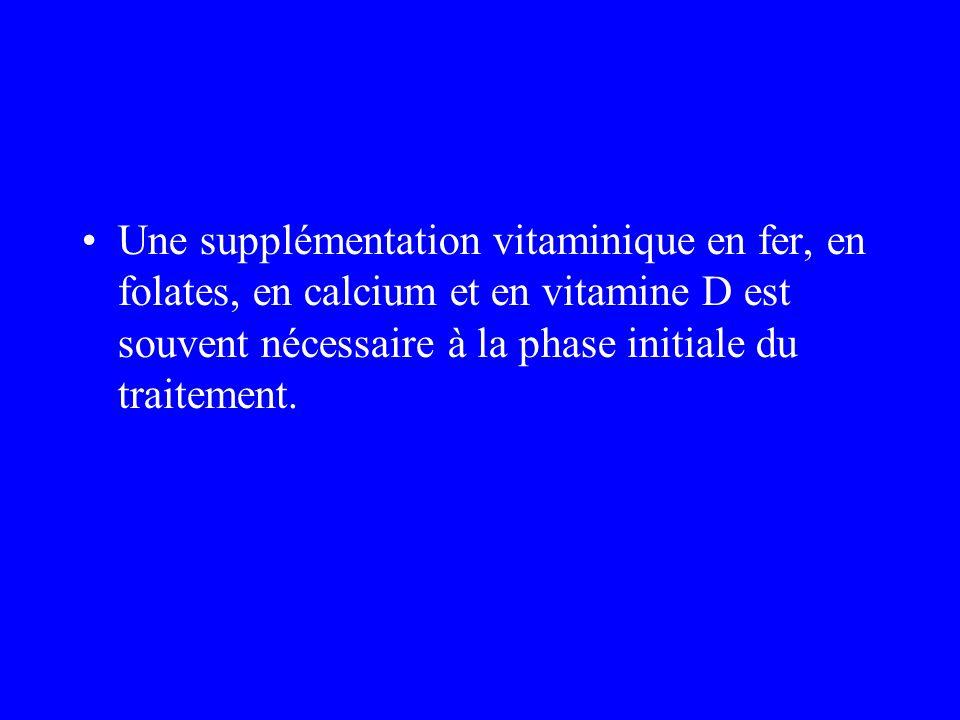 Une supplémentation vitaminique en fer, en folates, en calcium et en vitamine D est souvent nécessaire à la phase initiale du traitement.