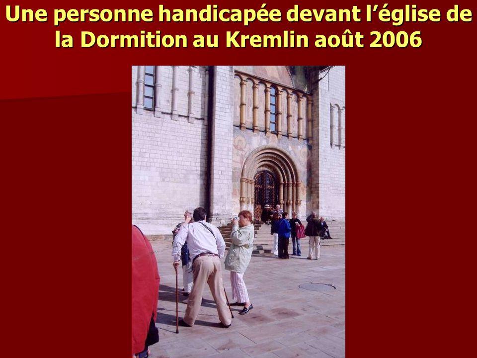 Une personne handicapée devant l'église de la Dormition au Kremlin août 2006