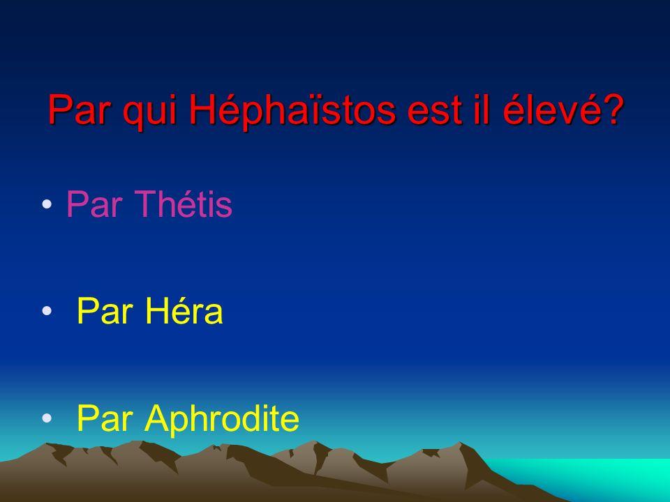 Par qui Héphaïstos est il élevé