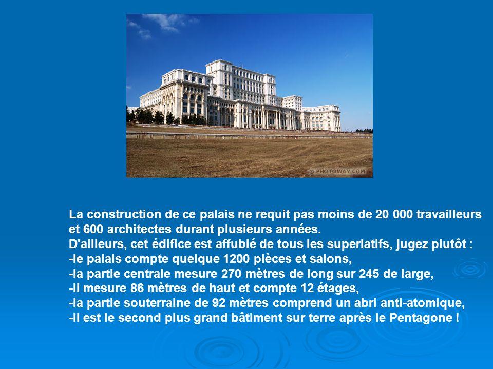 La construction de ce palais ne requit pas moins de 20 000 travailleurs et 600 architectes durant plusieurs années. D ailleurs, cet édifice est affublé de tous les superlatifs, jugez plutôt :