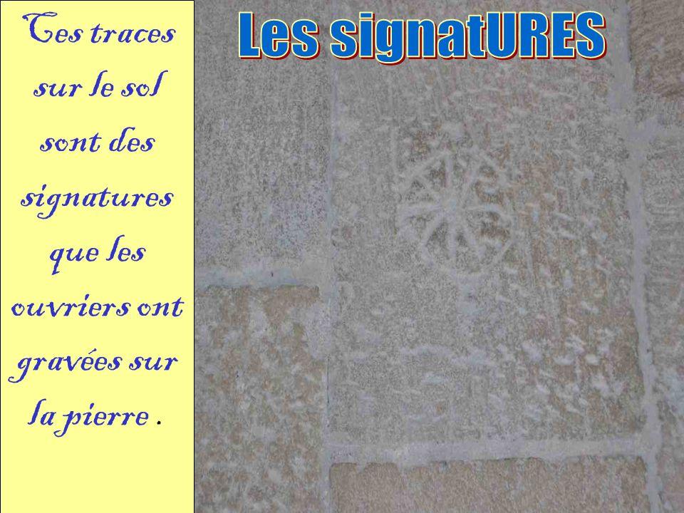 Ces traces sur le sol sont des signatures que les ouvriers ont gravées sur la pierre .