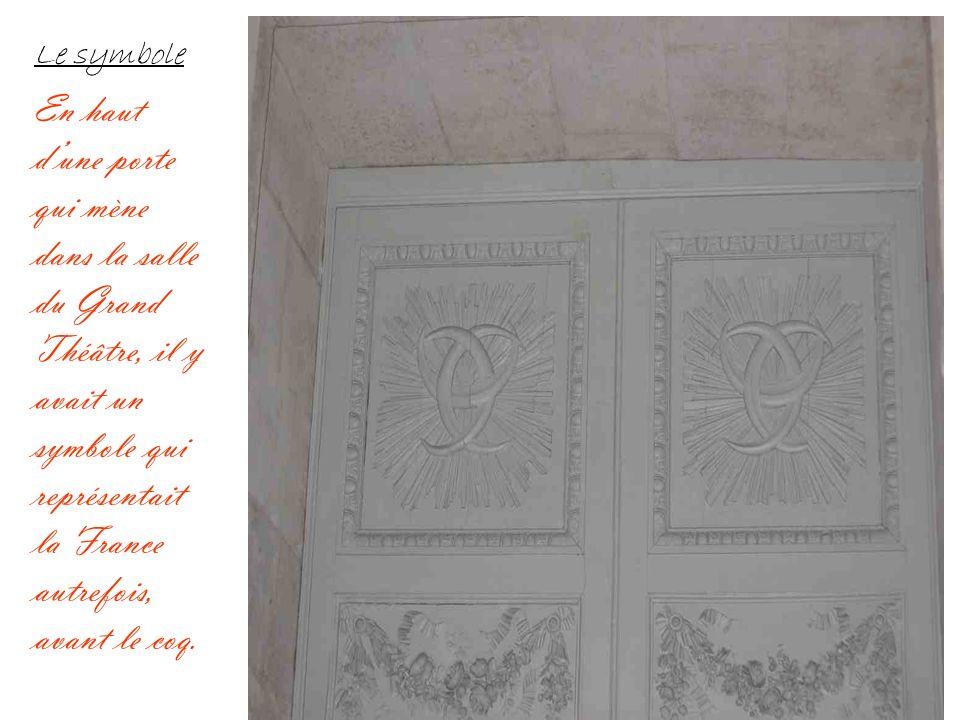 Le symbole En haut d'une porte qui mène dans la salle du Grand Théâtre, il y avait un symbole qui représentait la France autrefois, avant le coq.