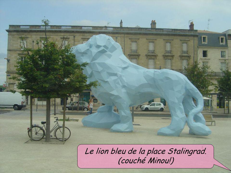 Le lion bleu de la place Stalingrad.