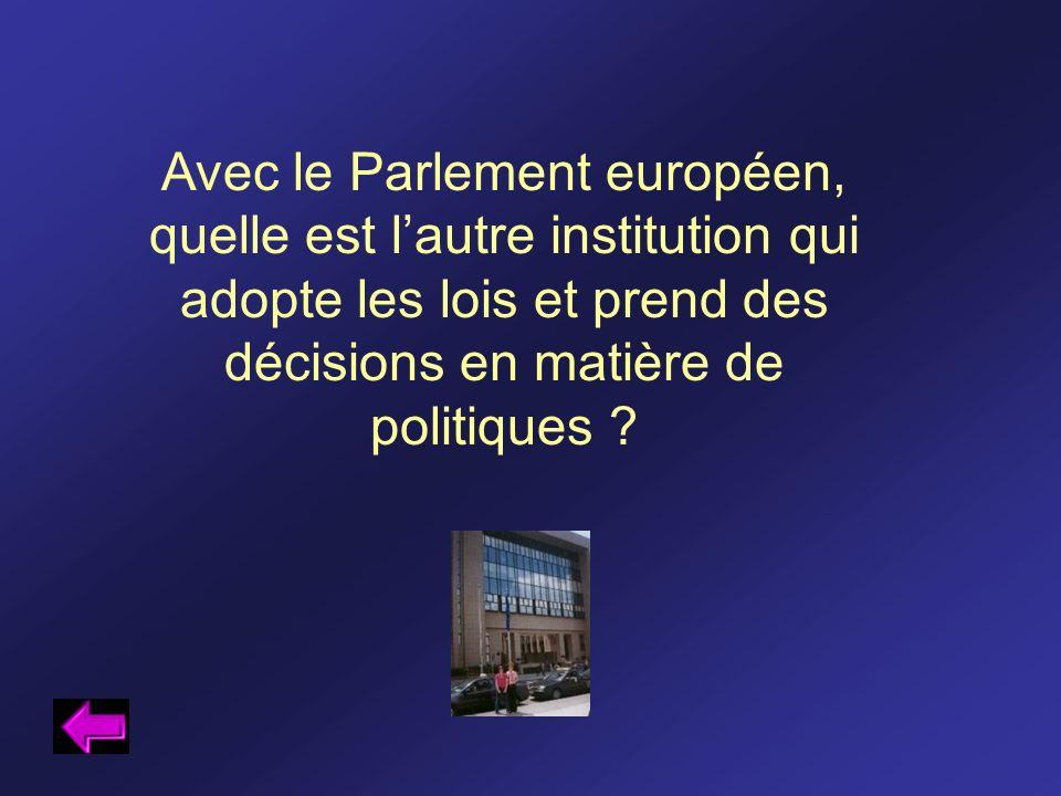 Avec le Parlement européen, quelle est l'autre institution qui adopte les lois et prend des décisions en matière de politiques