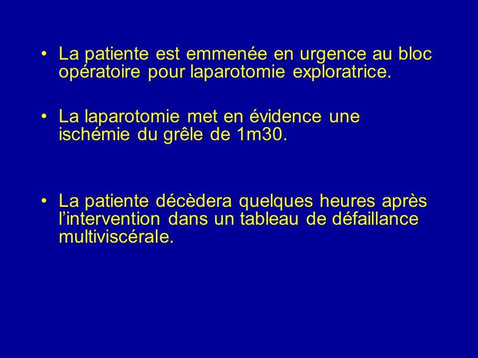 La patiente est emmenée en urgence au bloc opératoire pour laparotomie exploratrice.
