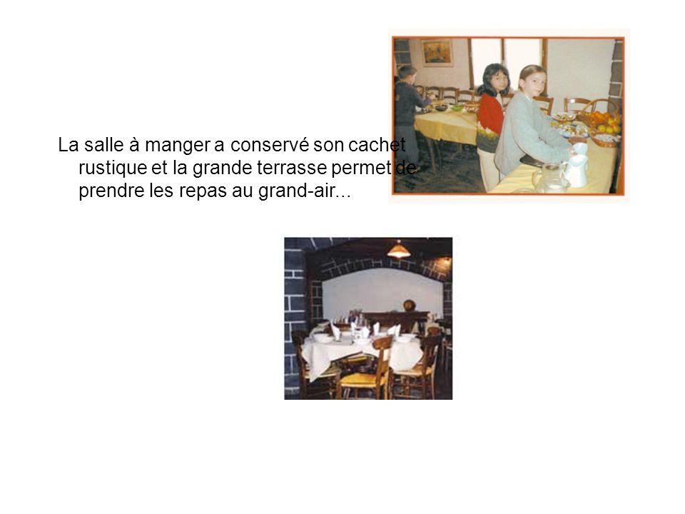 La salle à manger a conservé son cachet rustique et la grande terrasse permet de prendre les repas au grand-air...