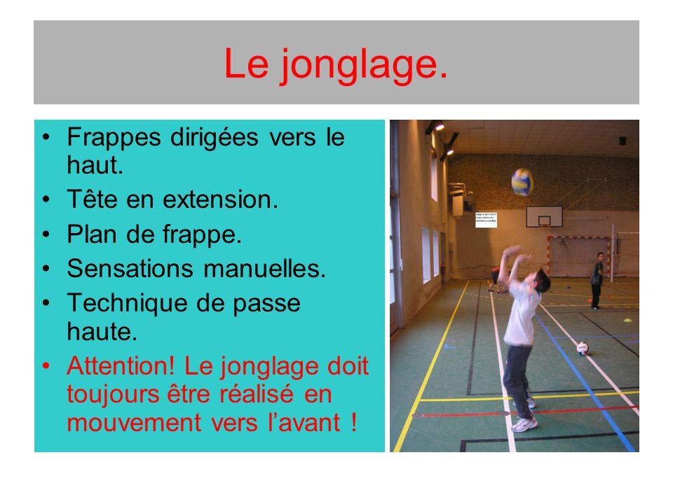 Le jonglage. Frappes dirigées vers le haut. Tête en extension.