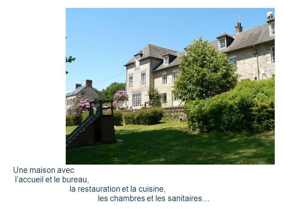 Une maison avec l'accueil et le bureau, la restauration et la cuisine, les chambres et les sanitaires…