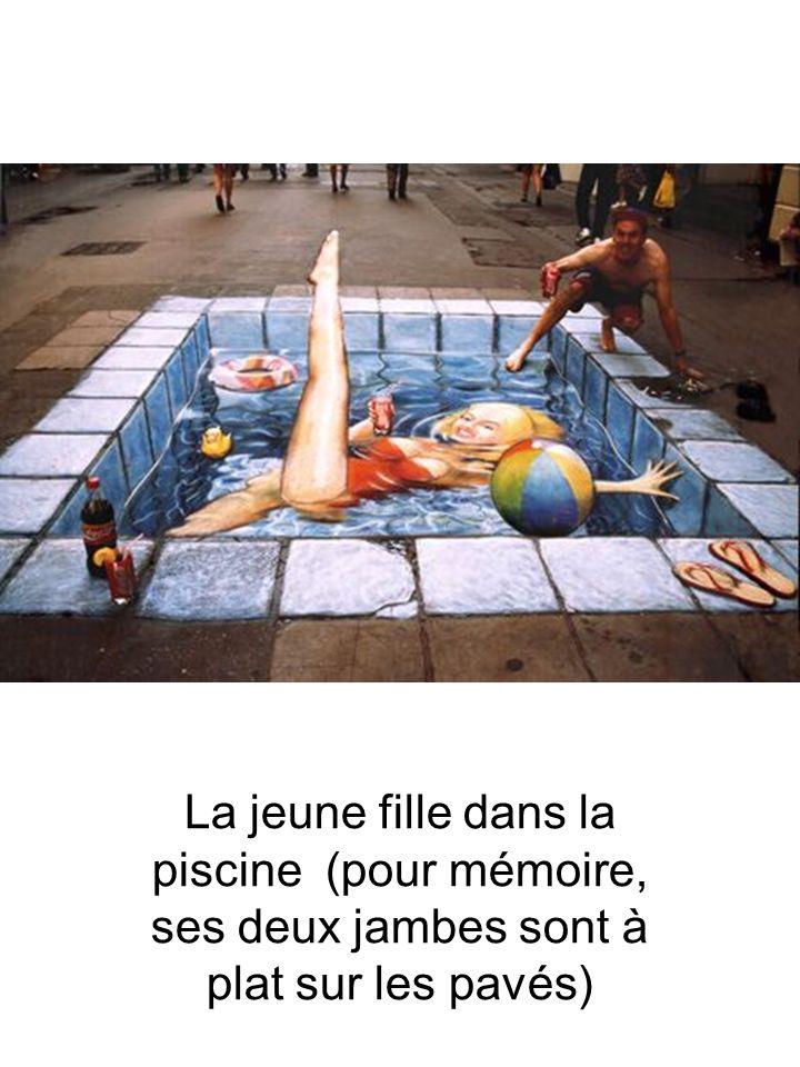 La jeune fille dans la piscine (pour mémoire, ses deux jambes sont à plat sur les pavés)