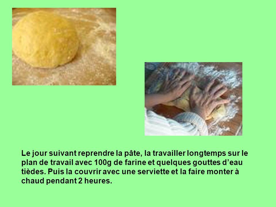 Le jour suivant reprendre la pâte, la travailler longtemps sur le plan de travail avec 100g de farine et quelques gouttes d'eau tièdes.