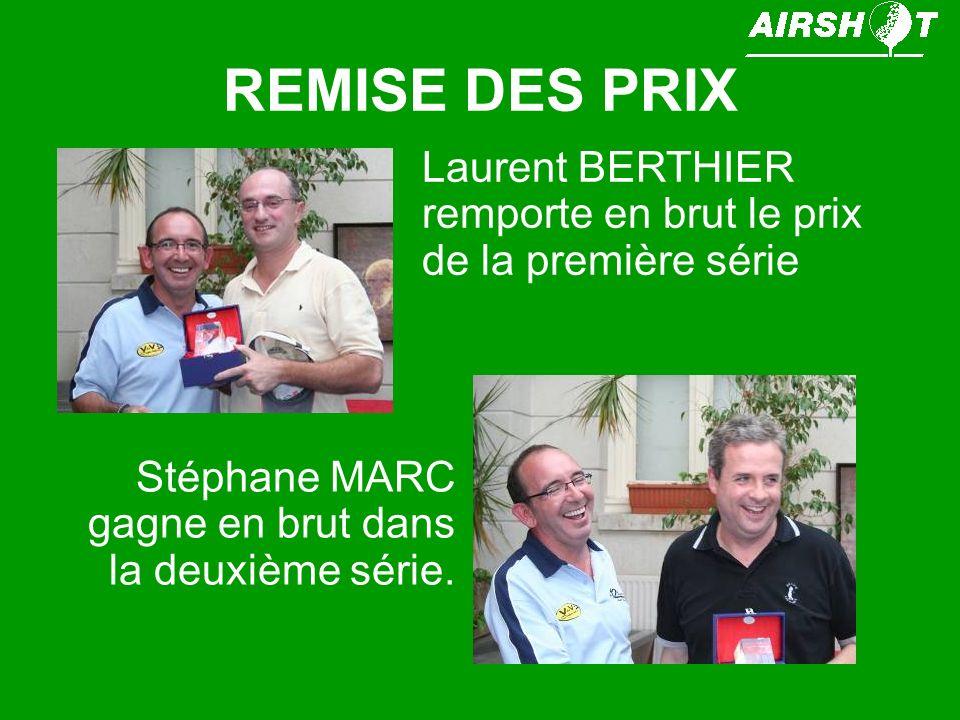 REMISE DES PRIX Laurent BERTHIER remporte en brut le prix de la première série.