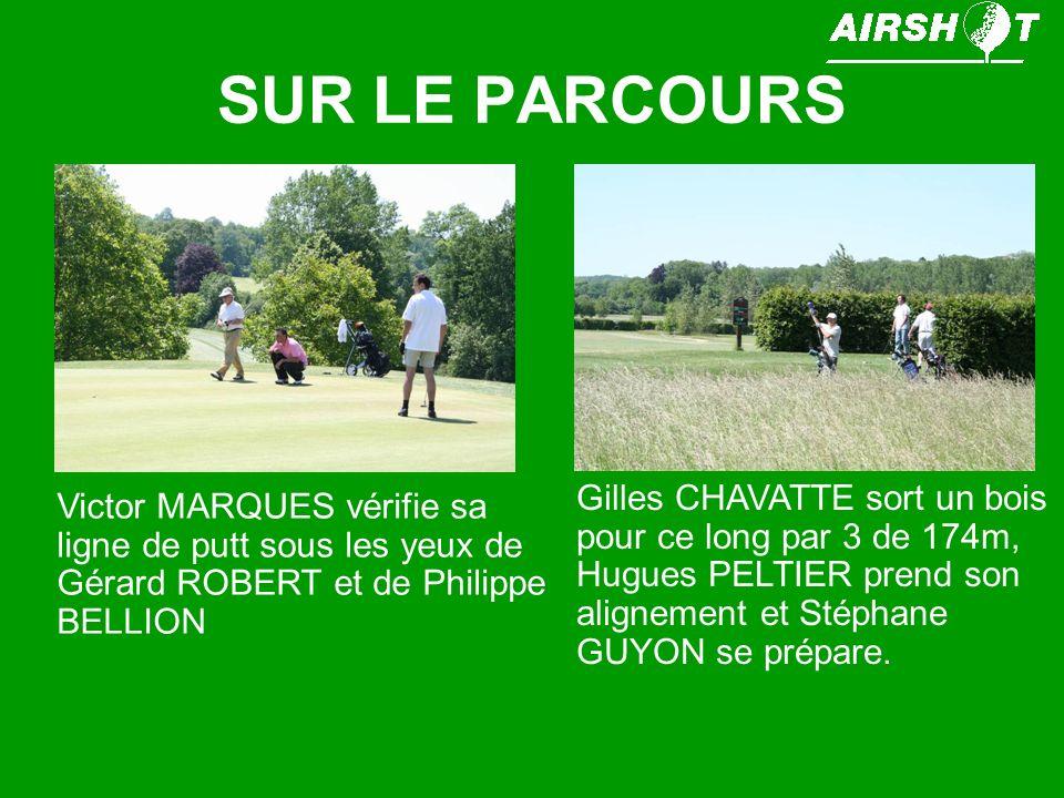 SUR LE PARCOURS Gilles CHAVATTE sort un bois pour ce long par 3 de 174m, Hugues PELTIER prend son alignement et Stéphane GUYON se prépare.