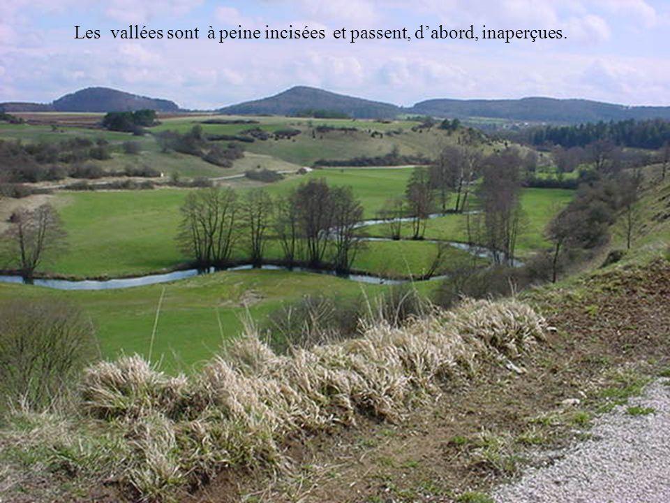 Les vallées sont à peine incisées et passent, d'abord, inaperçues.