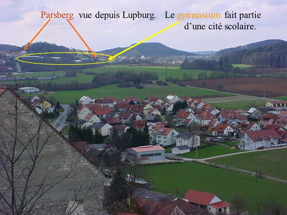 Parsberg vue depuis Lupburg. Le gymnasium fait partie
