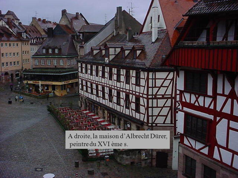 A droite, la maison d'Albrecht Dürer,