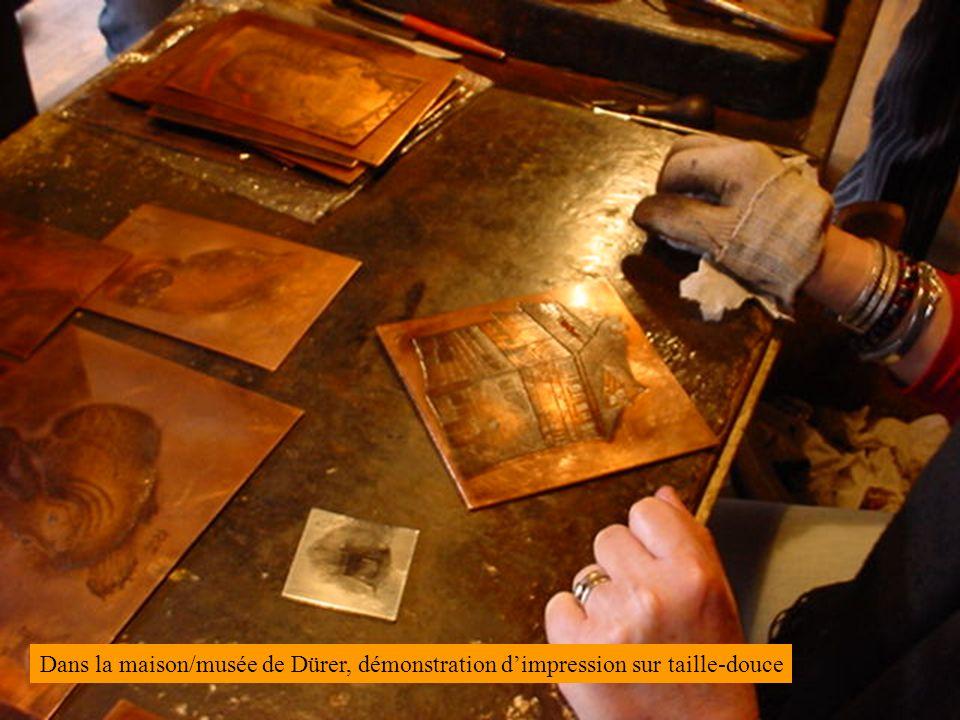 Dans la maison/musée de Dürer, démonstration d'impression sur taille-douce