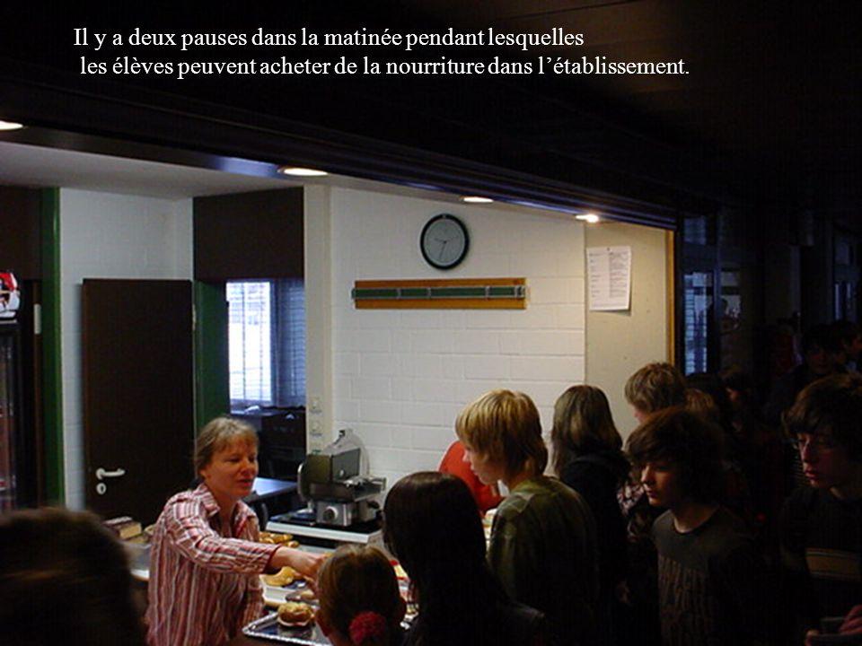 Il y a deux pauses dans la matinée pendant lesquelles les élèves peuvent acheter de la nourriture dans l'établissement.