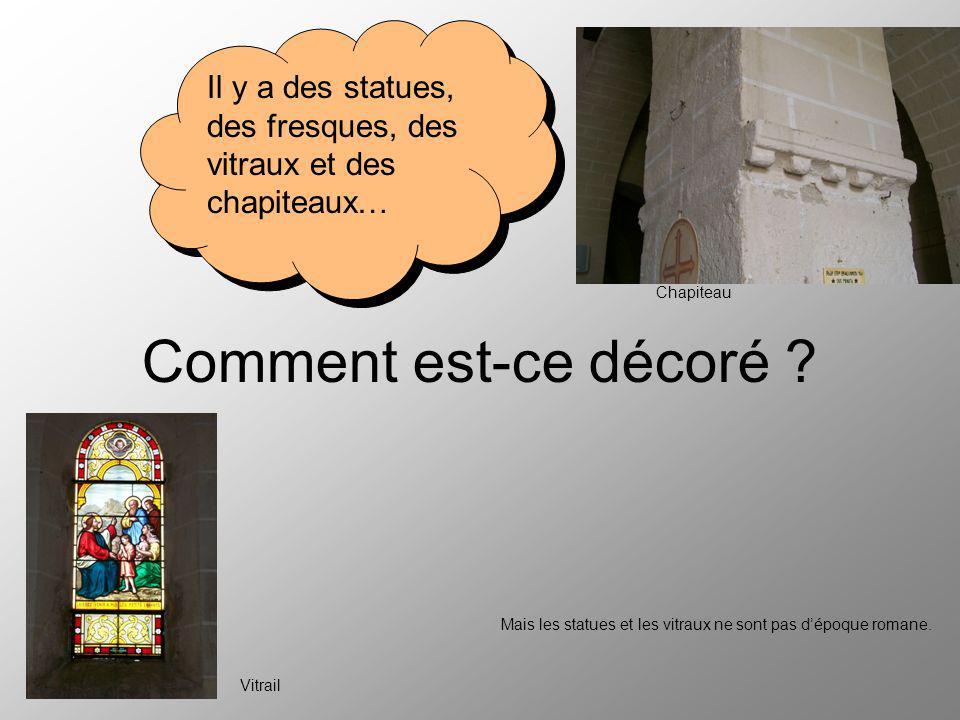 Comment est-ce décoré Il y a des statues, des fresques, des vitraux et des chapiteaux… Chapiteau.