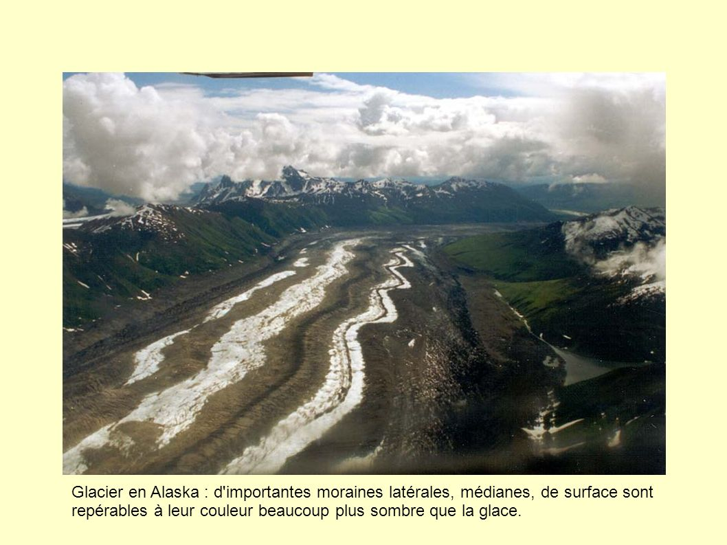 Glacier en Alaska : d importantes moraines latérales, médianes, de surface sont repérables à leur couleur beaucoup plus sombre que la glace.