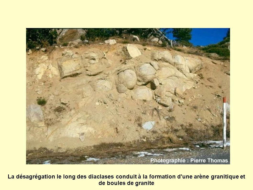 La désagrégation le long des diaclases conduit à la formation d une arène granitique et de boules de granite