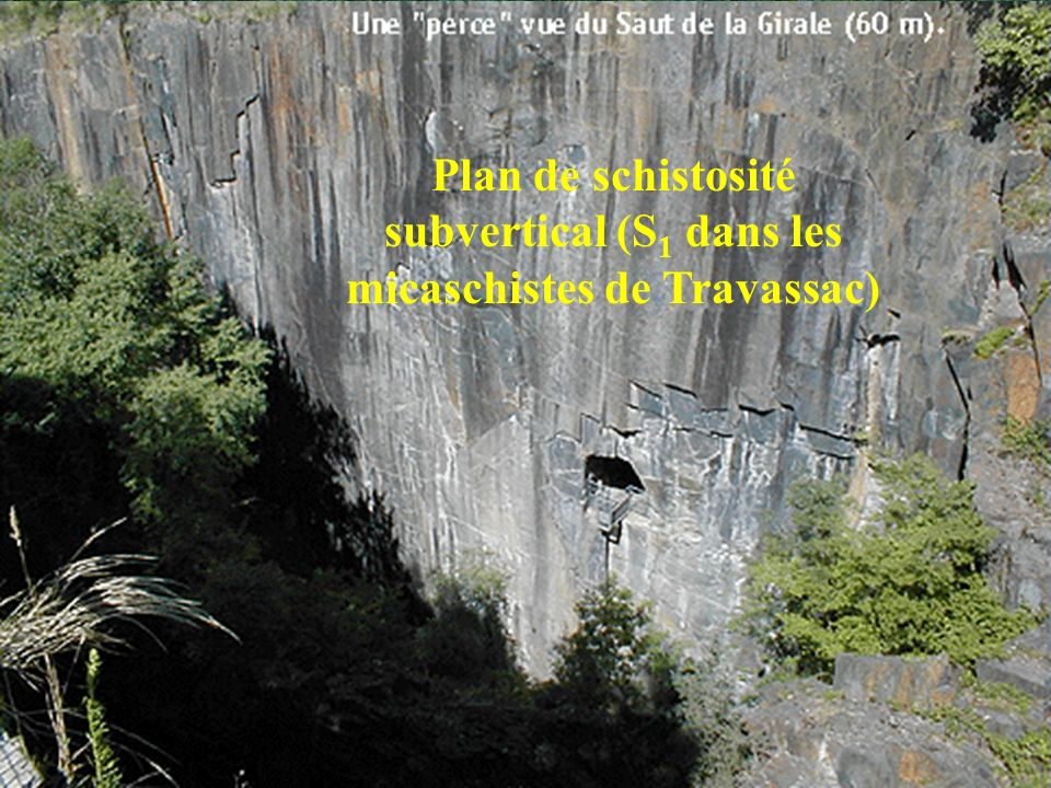 Plan de schistosité subvertical (S1 dans les micaschistes de Travassac)