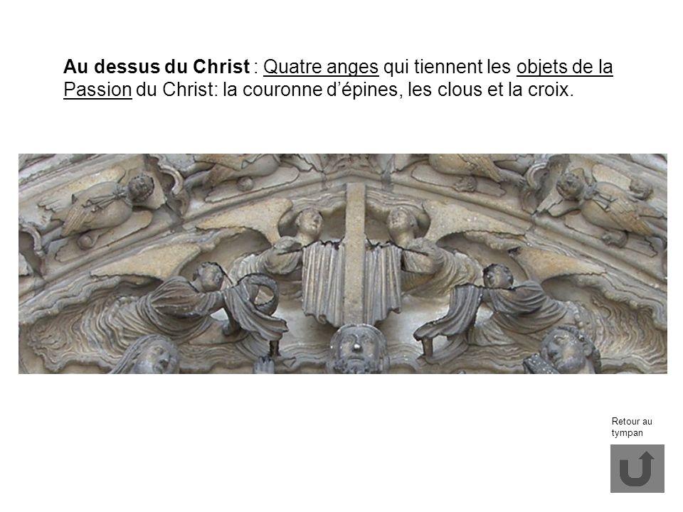 Au dessus du Christ : Quatre anges qui tiennent les objets de la Passion du Christ: la couronne d'épines, les clous et la croix.