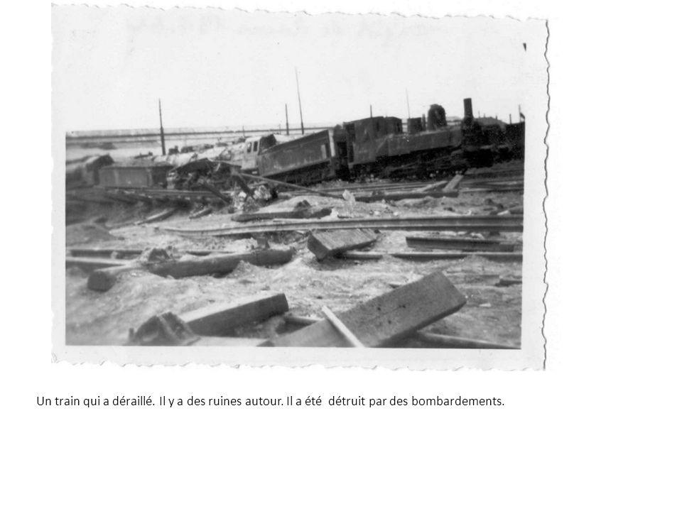 Un train qui a déraillé. Il y a des ruines autour