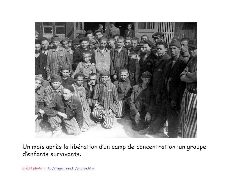 Un mois après la libération d'un camp de concentration :un groupe d'enfants survivants.
