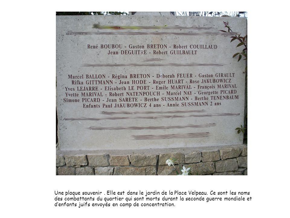 Une plaque souvenir. Elle est dans le jardin de la Place Velpeau