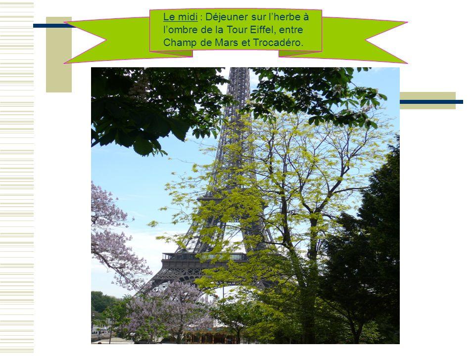 Le midi : Déjeuner sur l'herbe à l'ombre de la Tour Eiffel, entre Champ de Mars et Trocadéro.