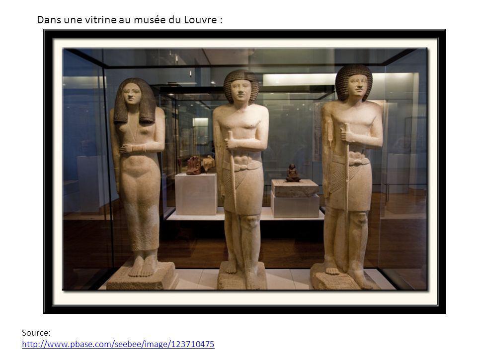 Dans une vitrine au musée du Louvre :