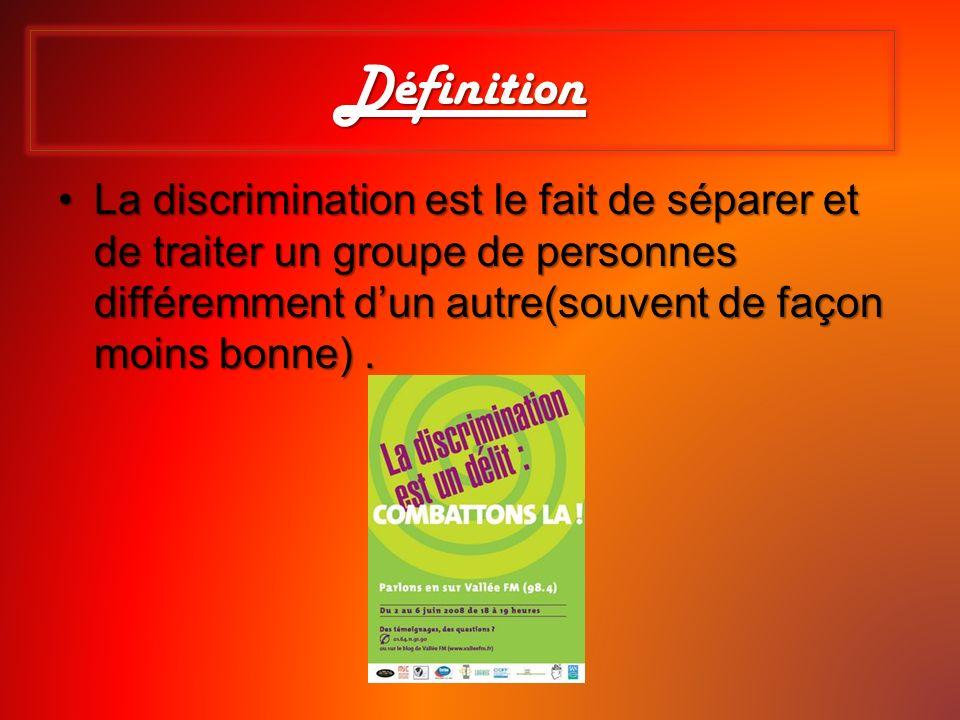 Définition La discrimination est le fait de séparer et de traiter un groupe de personnes différemment d'un autre(souvent de façon moins bonne) .