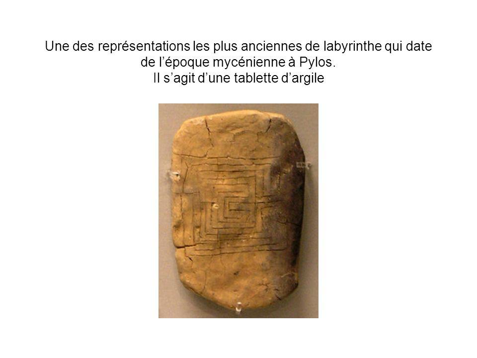 Une des représentations les plus anciennes de labyrinthe qui date de l'époque mycénienne à Pylos.