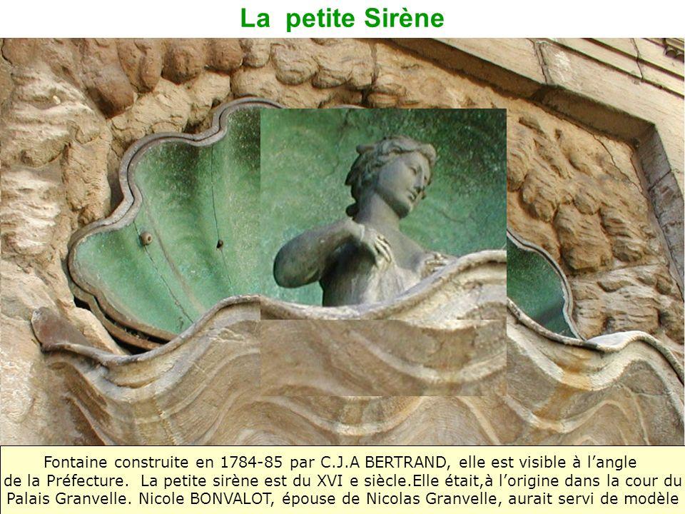 La petite SirèneFontaine construite en 1784-85 par C.J.A BERTRAND, elle est visible à l'angle.