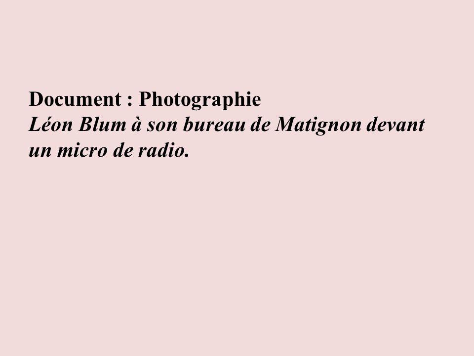 Document : Photographie Léon Blum à son bureau de Matignon devant un micro de radio.
