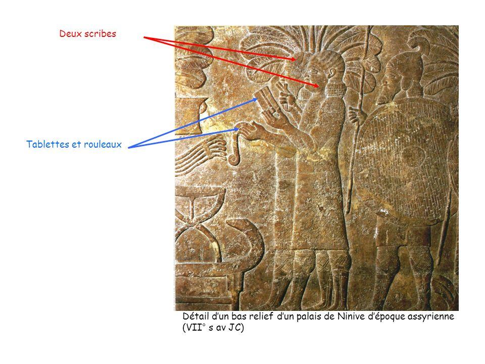 Deux scribes Tablettes et rouleaux. Détail d'un bas relief d'un palais de Ninive d'époque assyrienne.