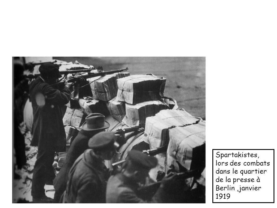 Spartakistes, lors des combats dans le quartier de la presse à Berlin ,janvier 1919