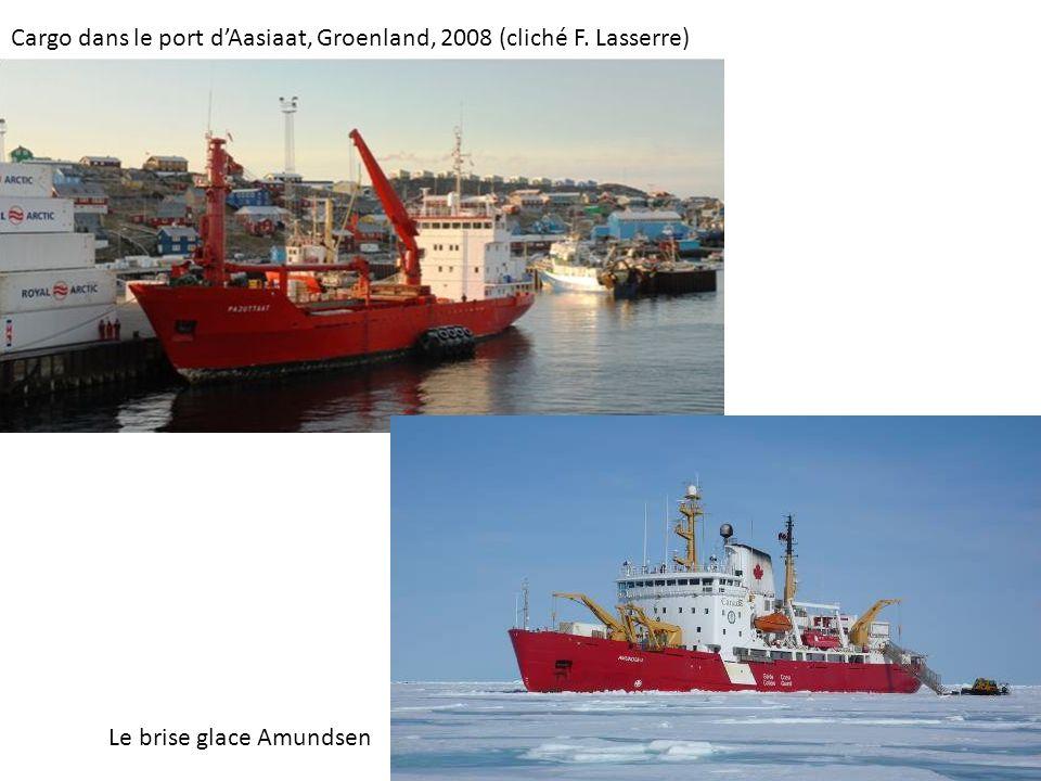 Cargo dans le port d'Aasiaat, Groenland, 2008 (cliché F. Lasserre)