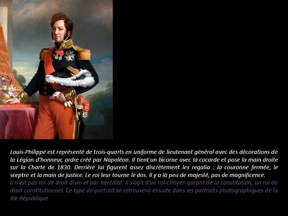 Louis-Philippe est représenté de trois-quarts en uniforme de lieutenant général avec des décorations de la Légion d'honneur, ordre créé par Napoléon. Il tient un bicorne avec la cocarde et pose la main droite sur la Charte de 1830. Derrière lui figurent assez discrètement les regalia : la couronne fermée, le sceptre et la main de justice. Le roi leur tourne le dos. Il y a là peu de majesté, pas de magnificence.