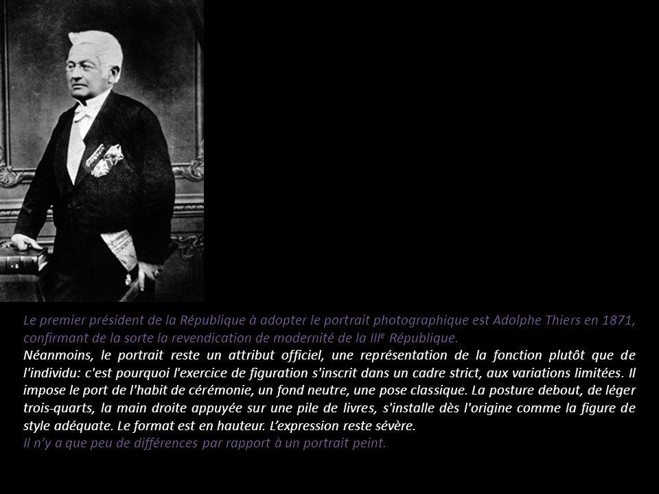 Le premier président de la République à adopter le portrait photographique est Adolphe Thiers en 1871, confirmant de la sorte la revendication de modernité de la IIIe République.