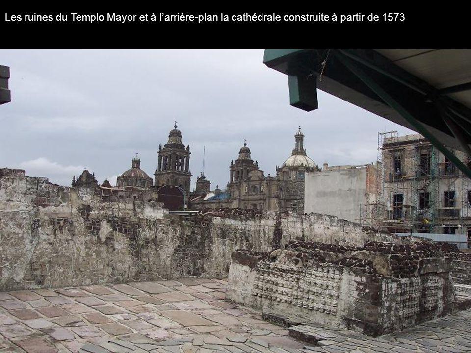 Les ruines du Templo Mayor et à l'arrière-plan la cathédrale construite à partir de 1573